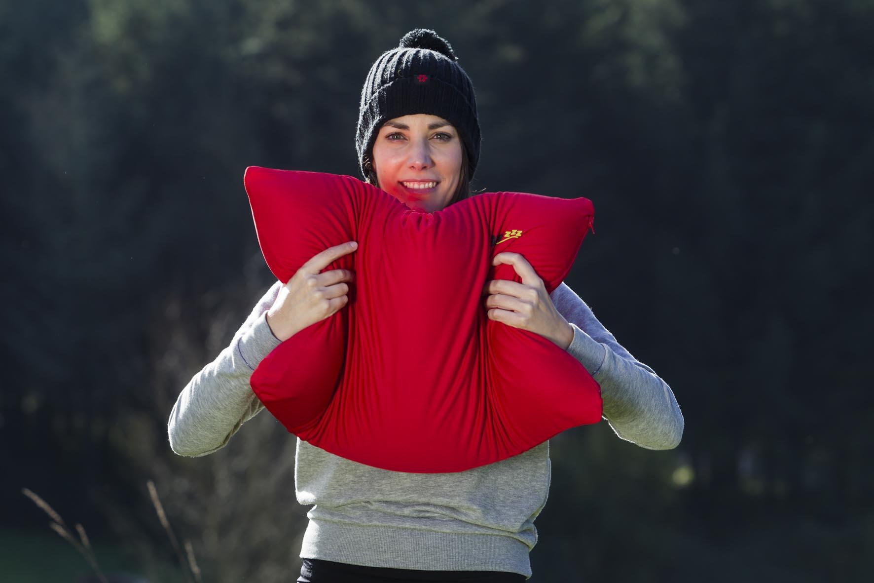 chica sosteniendo almohada roja